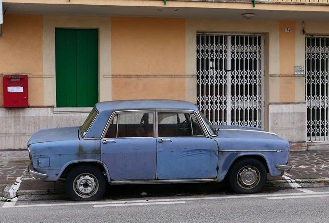 En Italia retiran un automóvil Lancia que llevaba casi 50 años estacionado en el mismo lugar y que ya era un símbolo local